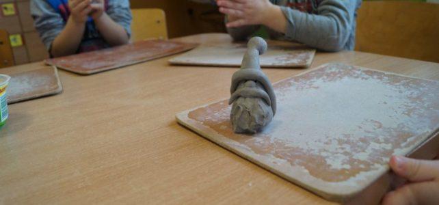 Zajęcia z lepienia gliny.